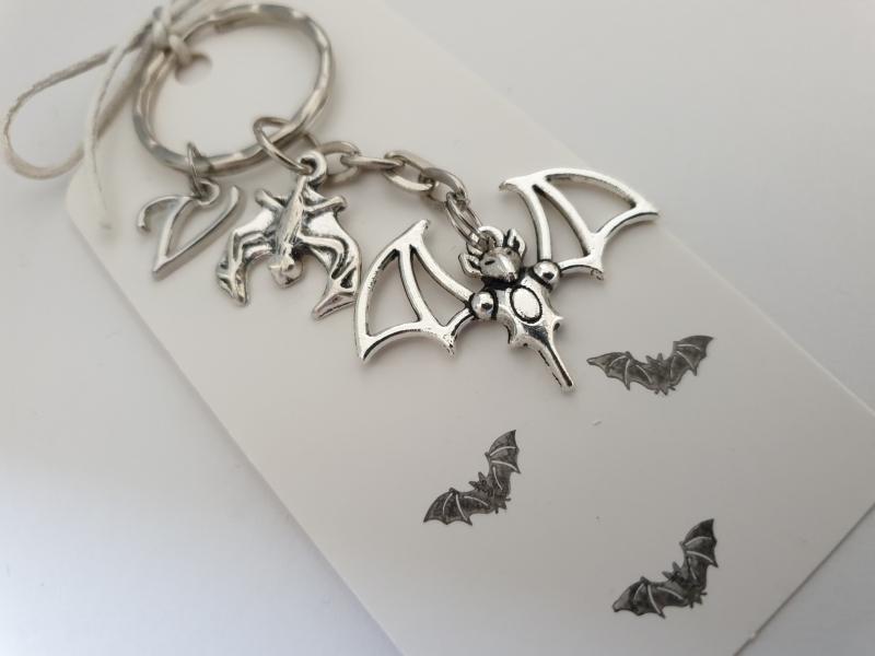- Fledermaus Schlüsselanhänger mit Initialen personalisierbar Geschenk Frauen Männer Gothic Halloween  - Fledermaus Schlüsselanhänger mit Initialen personalisierbar Geschenk Frauen Männer Gothic Halloween