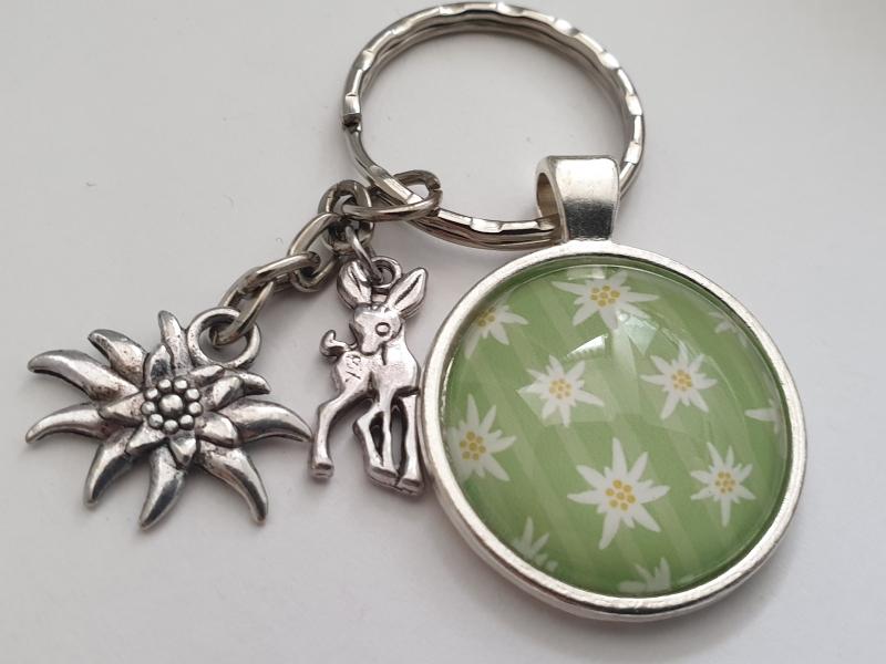 Kleinesbild - Edelweiß Schlüsselanhänger mit Reh handgefertigt Glascabochon Geschenk Accessoire Trachtenfeste Frauen