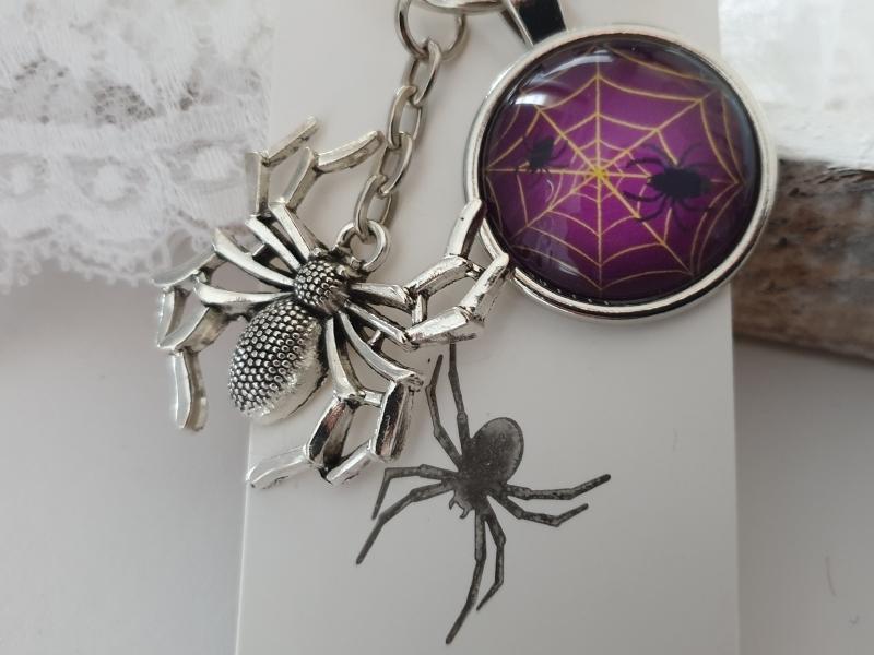 Kleinesbild - Spinne Schlüsselanhänger Glascabochon handgefertigt Geschenk Frauen Männer Gothic Halloween Accessoire