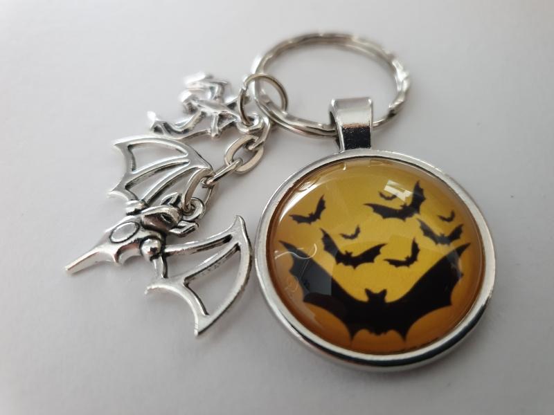 Kleinesbild - Fledermaus Schlüsselanhänger Glascabochon handgefertigt Geschenk Frauen Männer Gothic Halloween Accessoire