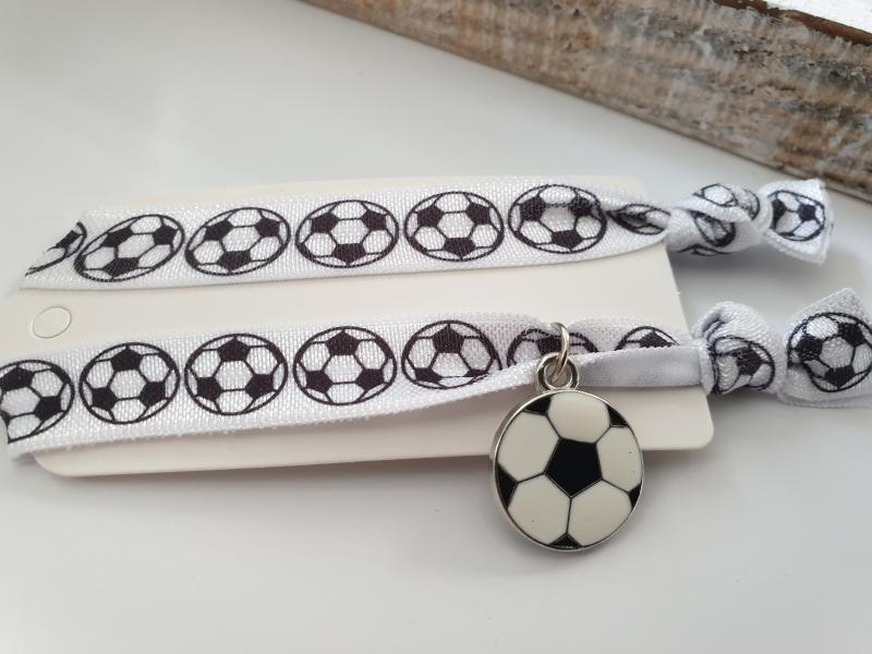 Kleinesbild - Fußball Haargummi Hairties Armband 2er Set handgefertigt mit Metallanhänger Geschenk Frau Mann Glücksbringer