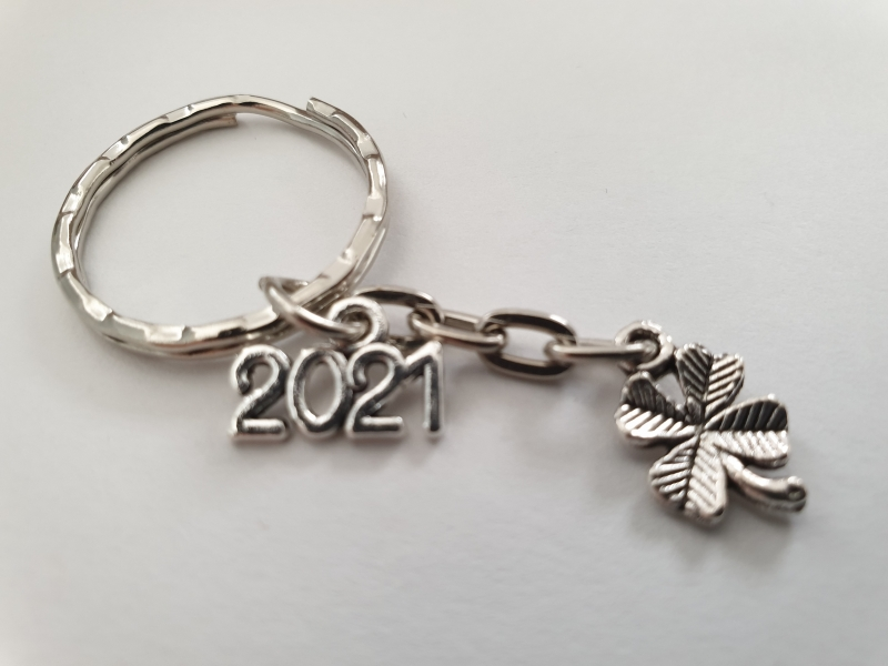 Kleinesbild - Glücksbringer 2021 Kleeblatt Schlüsselanhänger handgefertigt Geschenk mit Karte Silvester Prüfung Führerschein Frauen Männer