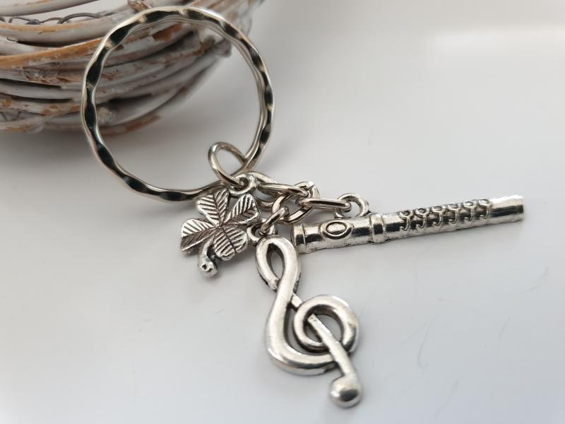 Kleinesbild - Glücksbringer Musik Flöte Querflöte Schlüsselanhänger handgefertigt Violinenschlüssel Notenschlüssel Geschenk Frauen Männer Musiker Konzert Spielmannszug