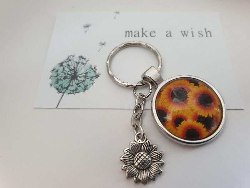 Kleinesbild - Sonnenblumen Schlüsselanhänger Glascabochon handgefertigt mit Blumen Anhänger Geschenk Frauen Freundin Dankeschön Erinnerung Sommer