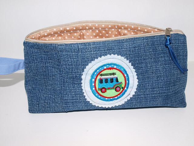 Kleinesbild - Stiftemäppchen Jeans Auto Upcycling Etui aus Jeans mit einem Aufnäher