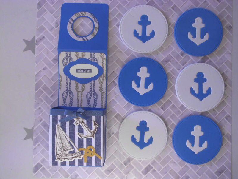 - Selbstgemachter, maritimer Flaschenanhänger mit selbstgemachten Untersetzern aus Moosgummi - Selbstgemachter, maritimer Flaschenanhänger mit selbstgemachten Untersetzern aus Moosgummi