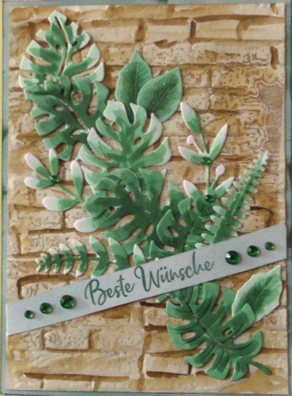 - Selbstgemachte Karte mit diversen Blättern auf Mauerwerk - Selbstgemachte Karte mit diversen Blättern auf Mauerwerk