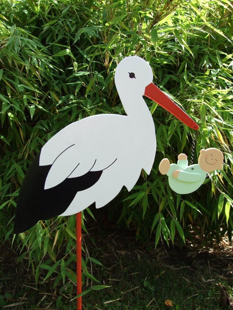 Kleinesbild - Storch - Klapperstorch (60cm aufgebaut) aus Holz  + Bodenplatte  mit Baby in Wunschfarbe im Schnabel