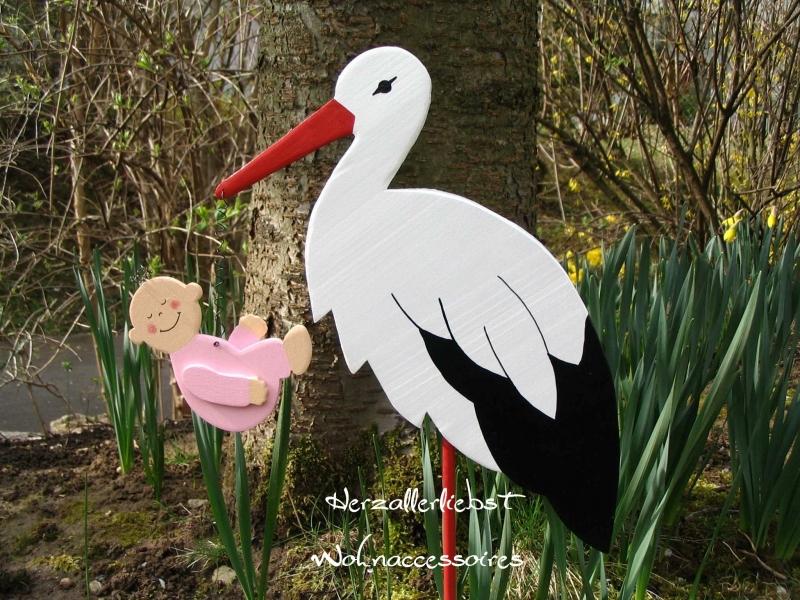 Kleinesbild - Storch (60cm aufgebaut) aus Holz  + Bodenplatte  mit Baby in Wunschfarbe im Schnabel