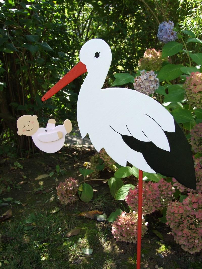 - Storch (80cm aufgebaut) aus Holz mit Baby im Schnabel  - Storch (80cm aufgebaut) aus Holz mit Baby im Schnabel