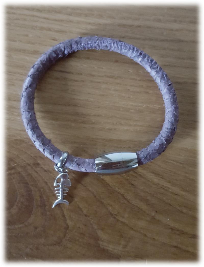 Kleinesbild - Tolles Fischleder/ Lachsleder Armband, violettgrau mit Anhänger