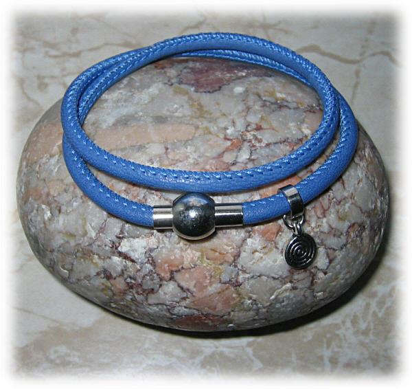 - Nappaleder-Armband, blau, zweifach mit kleinem Spiral-Anhänger - Nappaleder-Armband, blau, zweifach mit kleinem Spiral-Anhänger