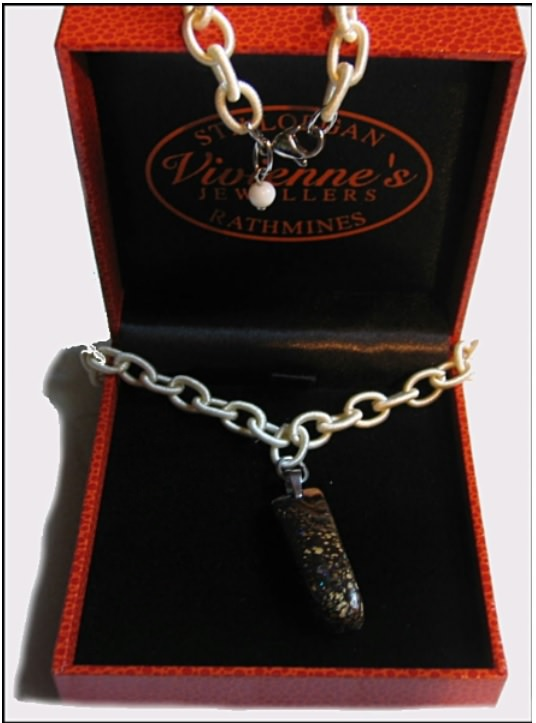 Kleinesbild - Boulder Opal Anhänger (Längsform) + Textil-Kette + weiße Kascholong Perle