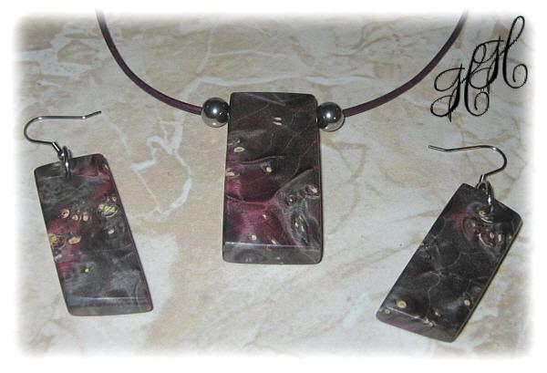 - Set - Holzanhänger + Ohrhänger (stabilisiert) + Edelstahlkugeln + Lederkette + Etui - Set - Holzanhänger + Ohrhänger (stabilisiert) + Edelstahlkugeln + Lederkette + Etui