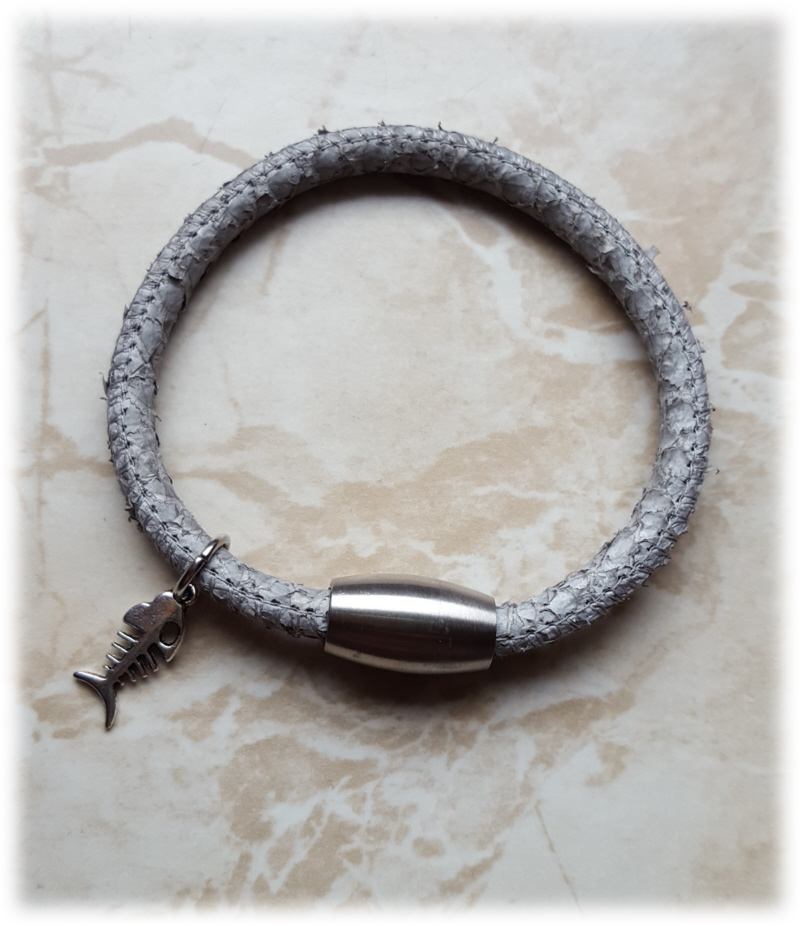 Kleinesbild - Tolles Fischleder/ Lachsleder Armband, hellgrau mit Anhänger