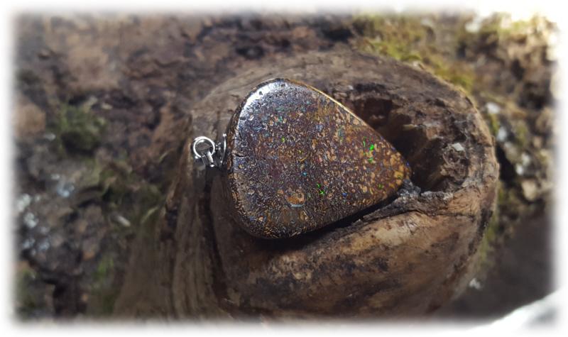 Kleinesbild - Boulder Opal Anhänger (Dreiecksform) + schwarzes Lederband