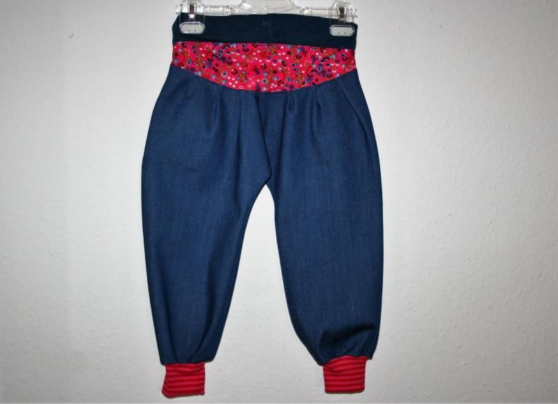 Kleinesbild - Süße Mädchen Mitwachshose Jeans mit pinkfarbenen Einsätzen und Taschen Gr. 98/104