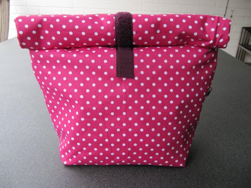 - Lunchbag - Rolltasche - Kulturtasche  ,weiße Punkte auf pink - Lunchbag - Rolltasche - Kulturtasche  ,weiße Punkte auf pink