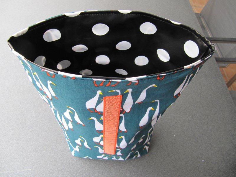 Kleinesbild - Lunchbag - Rolltasche - Kulturtasche  ,weiße Gänse auf grün