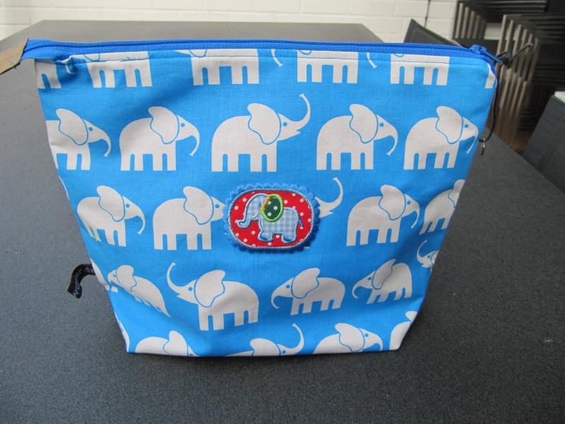 - Kultur-Schmink-Windeltasche, BW, weiße Elefanten auf mittelblau - Kultur-Schmink-Windeltasche, BW, weiße Elefanten auf mittelblau