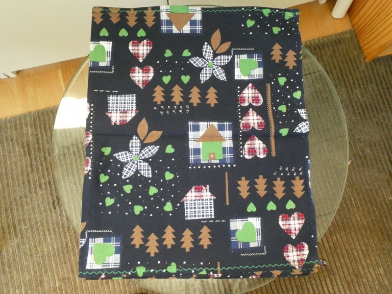 - Weihnachtstischläufer,bunte Weihnachtsmotive auf dunkelblau,mit grünem Zierstich umrundet - Weihnachtstischläufer,bunte Weihnachtsmotive auf dunkelblau,mit grünem Zierstich umrundet