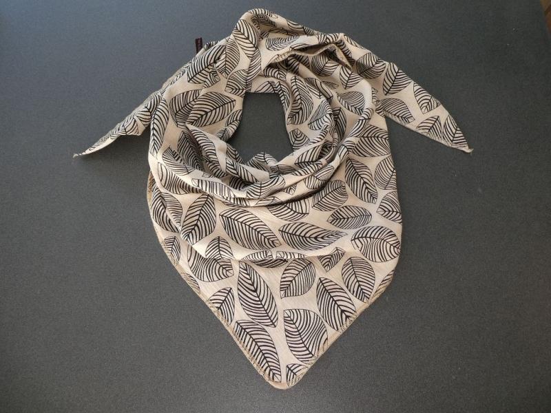 - Dreieckstuch aus Musselintuch -  schwarz-schraffierte Blätter auf Khaki, doppelt genäht - Dreieckstuch aus Musselintuch -  schwarz-schraffierte Blätter auf Khaki, doppelt genäht