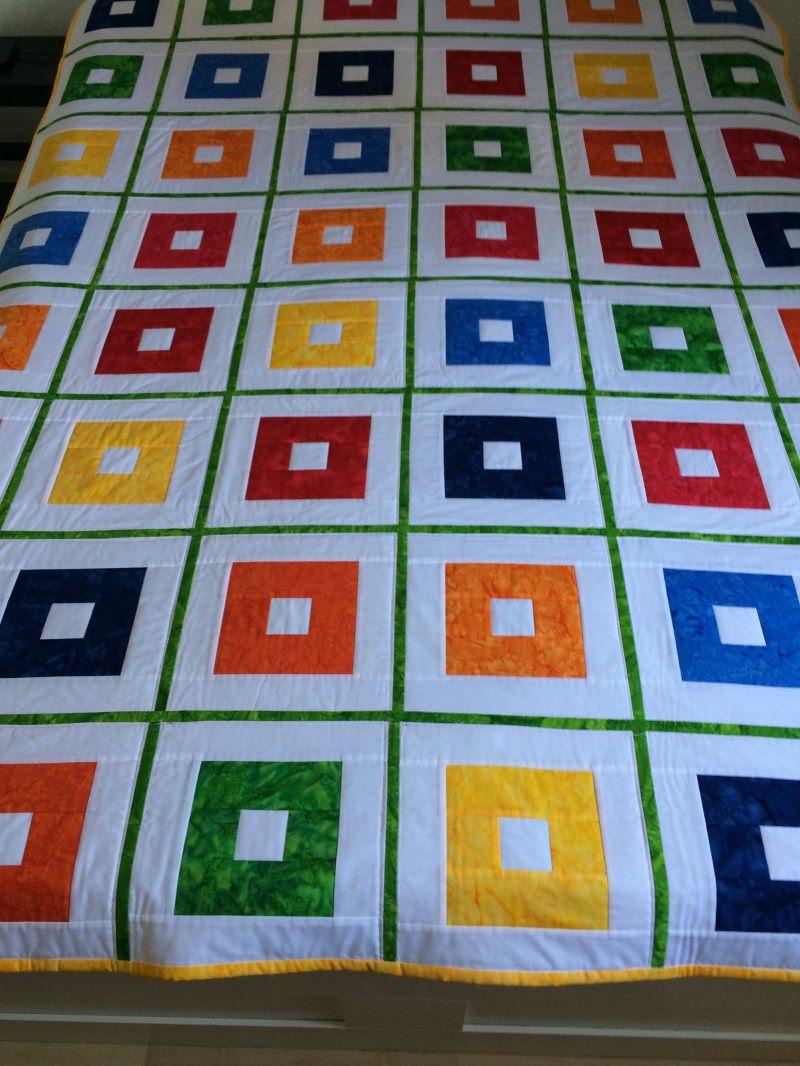 Kleinesbild - Bildhübsche Patchworkdecke aus Baumwollstoffen weiß und gebatikt