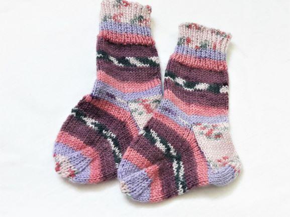 - Babywollsocken für Neugeborene handgestrickt in lila bunt geringelt - Babywollsocken für Neugeborene handgestrickt in lila bunt geringelt