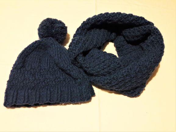 - Loopschal mit Wollmütze und Bommel, handgestrickt, in dunkelblau in Größe M für Frauen und Männer  - Loopschal mit Wollmütze und Bommel, handgestrickt, in dunkelblau in Größe M für Frauen und Männer