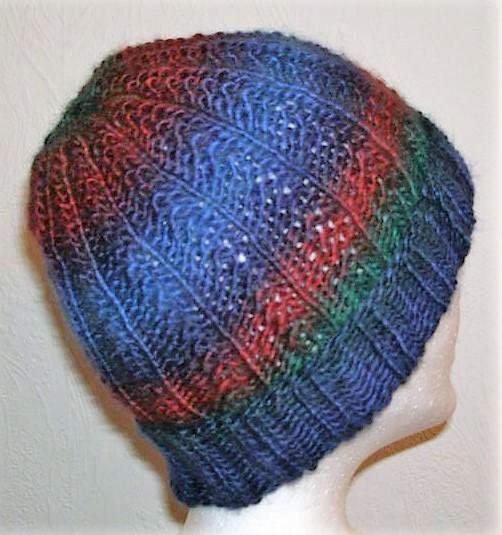 - Handgestrickte Mütze - Beanie in blau und rot Tönen - Handgestrickte Mütze - Beanie in blau und rot Tönen