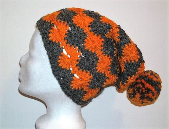 - Gehäkelte Mütze - Beanie in grau und orange mit Bommel - Gehäkelte Mütze - Beanie in grau und orange mit Bommel