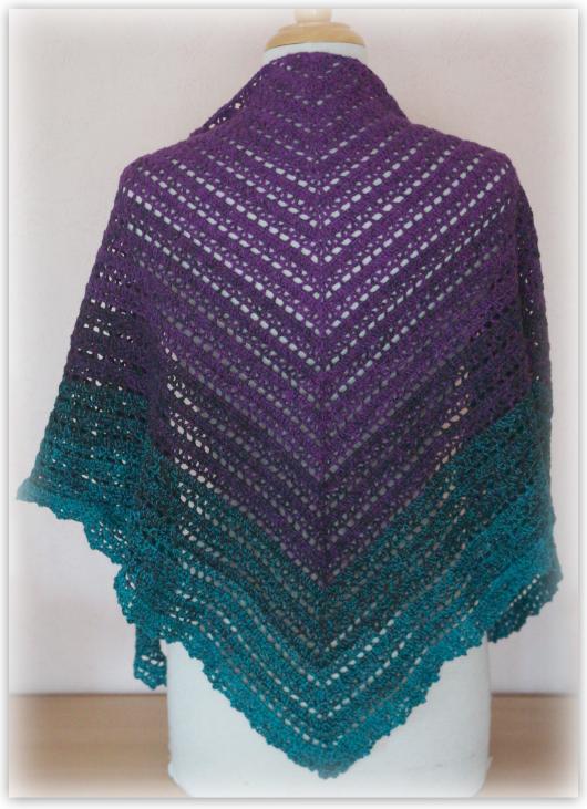 Kleinesbild - Häkeltuch Dreieckstuch Stola Lacetuch Accessoires aus wunderschönem Farberverlaufsgarn von lila zu grün