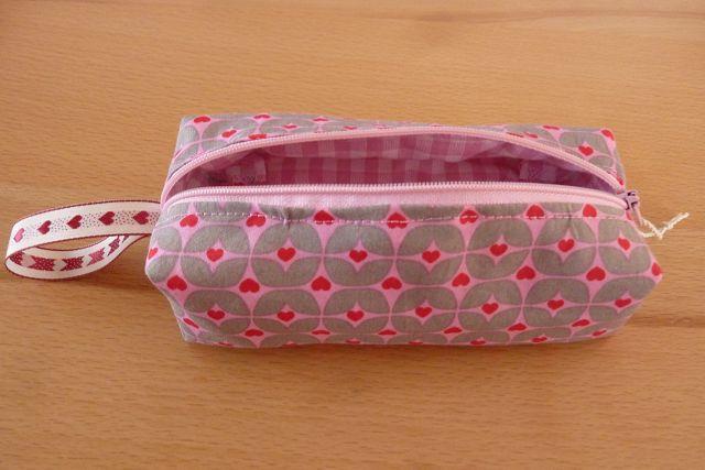 - Schminktäschchen bzw. Stifterolle/ Mäppchen ~ Etui, genäht aus Baumwollstoffen in rosa kaufen mit Herzen - Schminktäschchen bzw. Stifterolle/ Mäppchen ~ Etui, genäht aus Baumwollstoffen in rosa kaufen mit Herzen