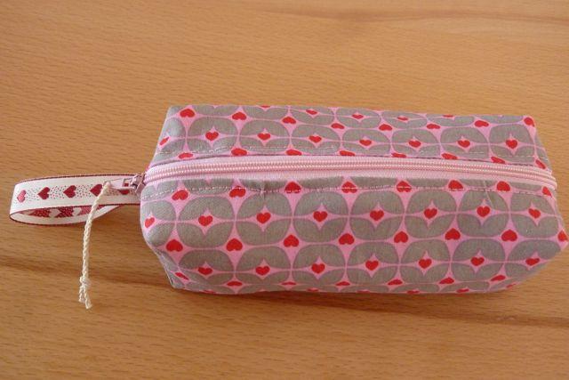 Kleinesbild - Schminktäschchen bzw. Stifterolle/ Mäppchen ~ Etui, genäht aus Baumwollstoffen in rosa kaufen mit Herzen