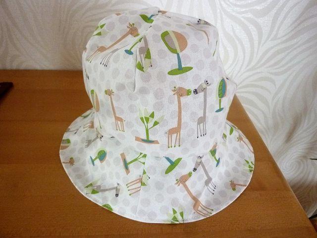 - Sonnenhut mit Giraffen in weiß, beige und grün aus Baumwollstoffen genäht für Kinder kaufen   - Sonnenhut mit Giraffen in weiß, beige und grün aus Baumwollstoffen genäht für Kinder kaufen