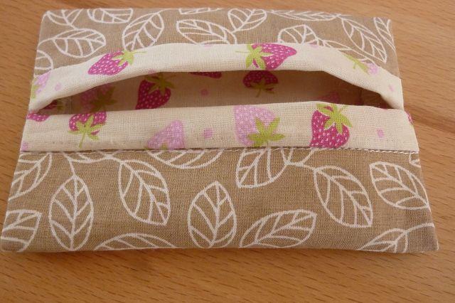 Kleinesbild - Taschentücher Tasche genäht aus Baumwollstoffen mit Blättern und Erdbeeren kaufen * TaTüTa* Kosmetiktäschchen ~ griffbereite Taschentücher