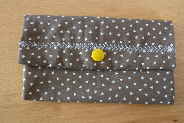 - Täschchen bzw. kleines Portemonnaie aus Baumwollstoff in braun mit kleinen Dreiecken genäht kaufen - Täschchen bzw. kleines Portemonnaie aus Baumwollstoff in braun mit kleinen Dreiecken genäht kaufen