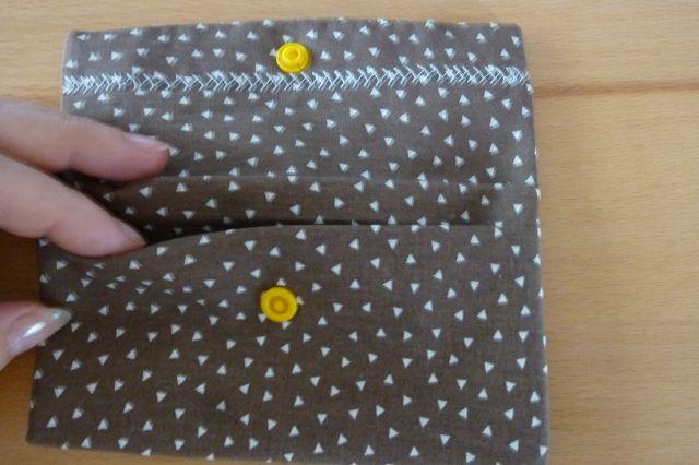 Kleinesbild - Täschchen bzw. kleines Portemonnaie aus Baumwollstoff in braun mit kleinen Dreiecken genäht kaufen