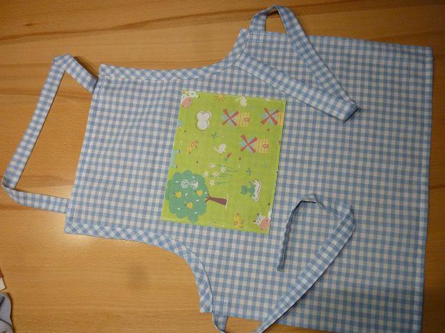 Kleinesbild - Kinderschürze aus Baumwollstoffen in hellblau- weiß kariert genäht mit Bauerngarten kaufen ~ Backschürze ~ Kochschürze ~ Kaufladen ~
