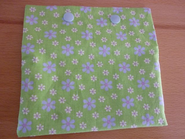 Kleinesbild - Täschchen bzw. kleines Portemonnaie aus Baumwollstoff in grün mit kleinem Blümchenmuster genäht kaufen