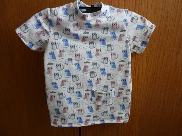 - Kindershirt aus Baumwolljersey genäht in weiß, mit kleinen bunten Katzen in blau, grau und altrosa kaufen   - Kindershirt aus Baumwolljersey genäht in weiß, mit kleinen bunten Katzen in blau, grau und altrosa kaufen