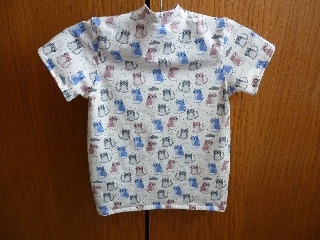 Kleinesbild - Kindershirt aus Baumwolljersey genäht in weiß, mit kleinen bunten Katzen in blau, grau und altrosa kaufen