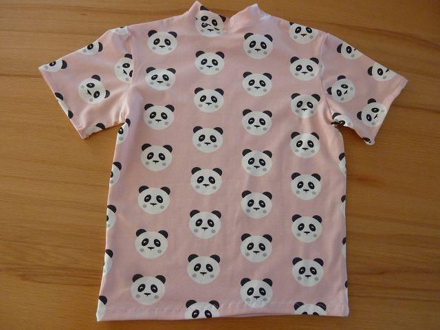 Kleinesbild - Kindershirt mit kurzem Ärmeln aus Baumwolljersey genäht in rosé, mit Pandagesichtern in schwarz-weiß kaufen  ~*~