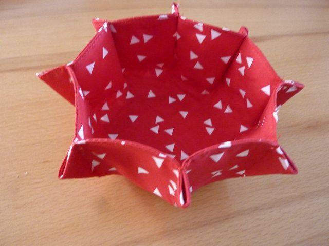 Kleinesbild - Zwei kleine Körbe zu Ostern als Nest geeignet, aus Baumwollstoff genäht und in den Farben rot und weiß ~~~ Osternester