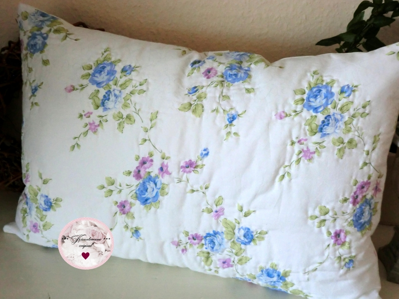 Kleinesbild - Großer Kissenbezug * Quiltkissen * handquilt* Kissen, in zartem Blautönen, aus englischen Baumwollstoff. Wunderschön auf der Gartenbank