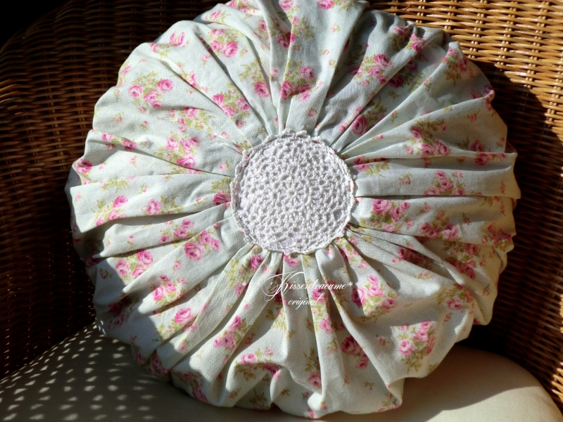 Kleinesbild - Schöner, runder Kissenbezug / Rosenkissen in zartem Pastelltönen, aus tollem englischen Rosenstoff und Vintage Applikation.
