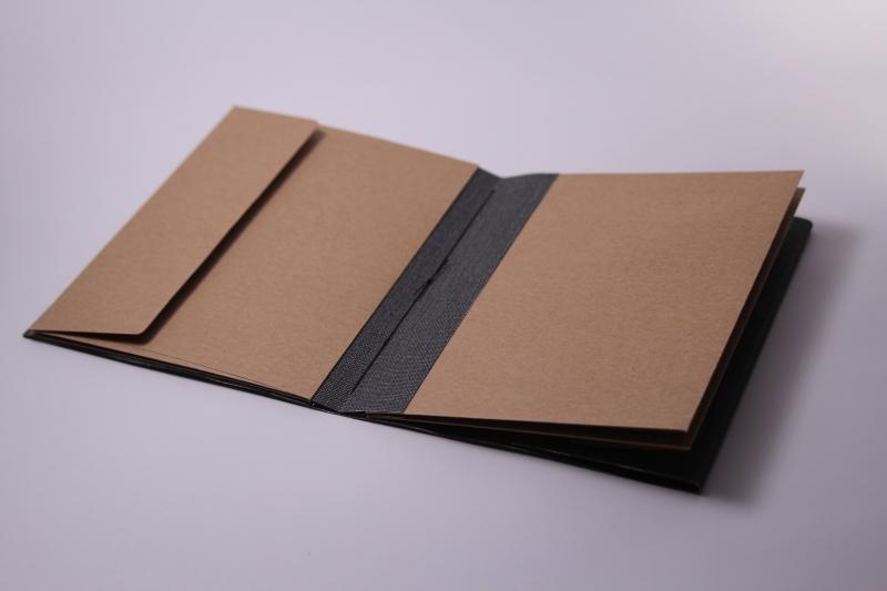 Kleinesbild - Handgebundenes Porto-Buch mit weichem Gewebe-Einband und Taschen-Seiten