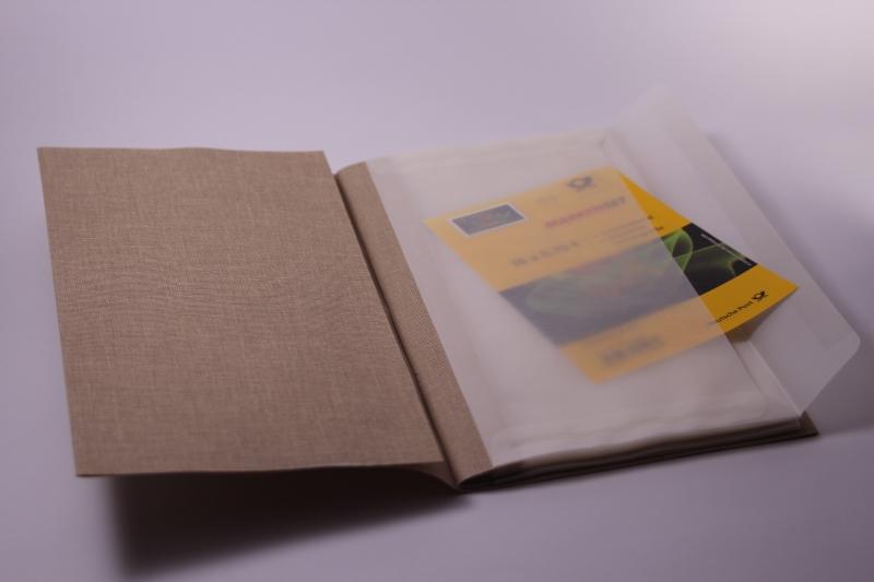 Kleinesbild - Handgebundenes Briefmarken-Buch mit weichem Gewebe-Einband und Taschen-Seiten
