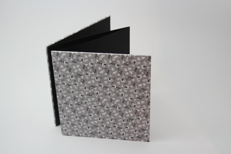 - handgebundenes Leporello mit grauem Dekopapier bezogen   - handgebundenes Leporello mit grauem Dekopapier bezogen