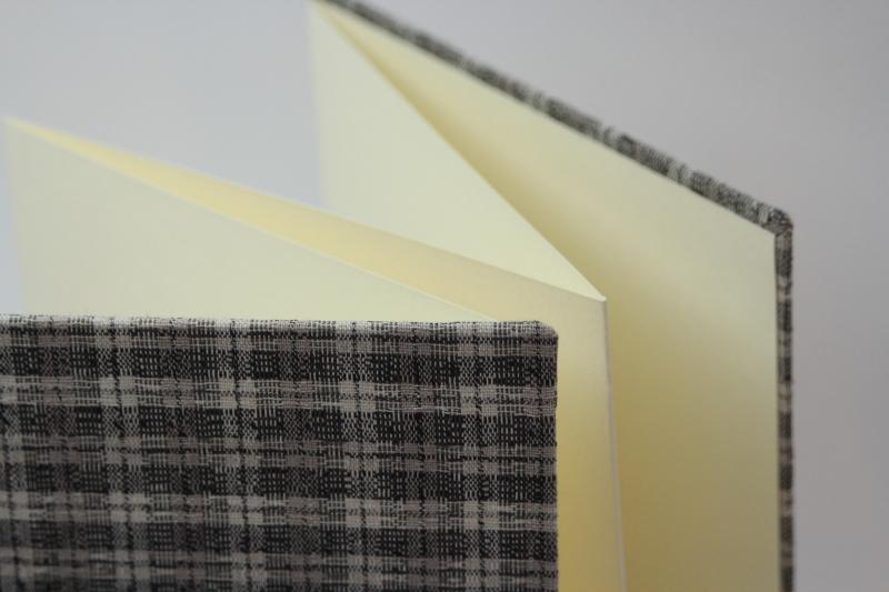 - handgebundenes Leporello mit grauem Karo-Stoffbezug  - handgebundenes Leporello mit grauem Karo-Stoffbezug